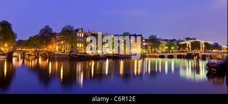 L'Europe, Pays-Bas, Amsterdam, Amstel Canal et Magere Brug au crépuscule Banque D'Images