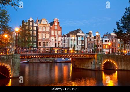 L'Europe, Pays-Bas, Amsterdam, Canal au crépuscule Banque D'Images