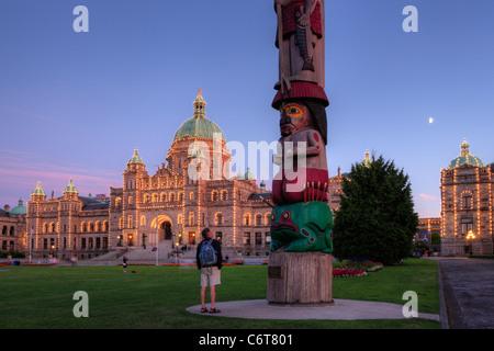 Les connaissances des Premières nations autochtones et provinciaux totem des édifices législatifs au crépuscule-Victoria, Colombie-Britannique, Canada.