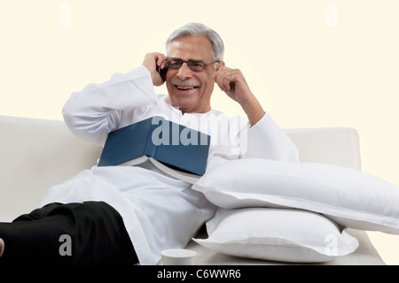 Old man talking on a mobile phone Banque D'Images