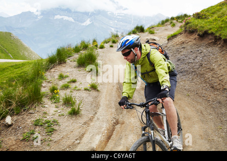 Mountain biker on dirt road Banque D'Images
