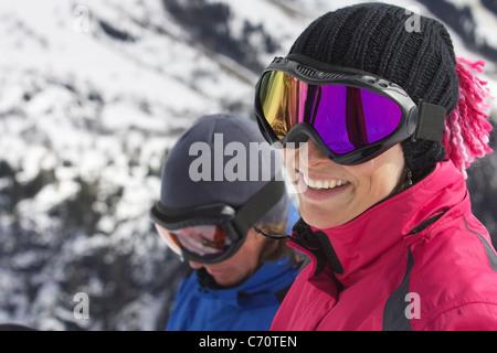 Femme portant des lunettes de ski