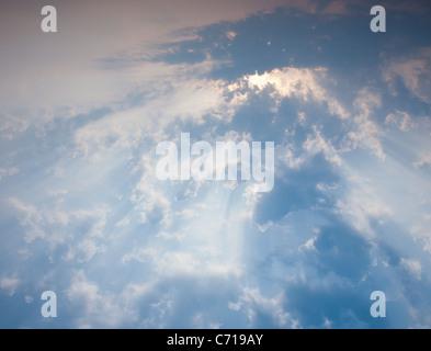Rayons de soleil à travers les nuages Banque D'Images