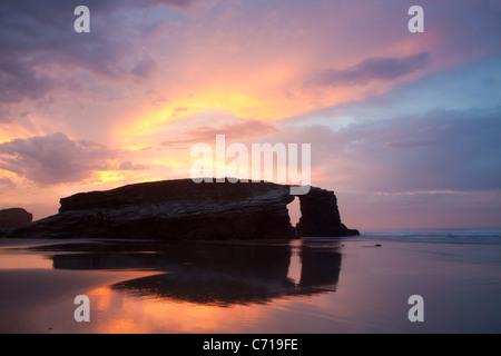 Crépuscule à plage de la cathédrales - Praia comme Catedrais -, Ribadeo, Lugo, Galice, Espagne Banque D'Images