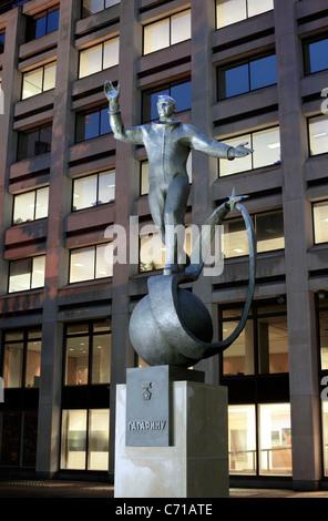 Statue de Youri Gagarine à l'extérieur des bureaux du British Council, The Mall, Londres. (Photo de nuit avec flash.)
