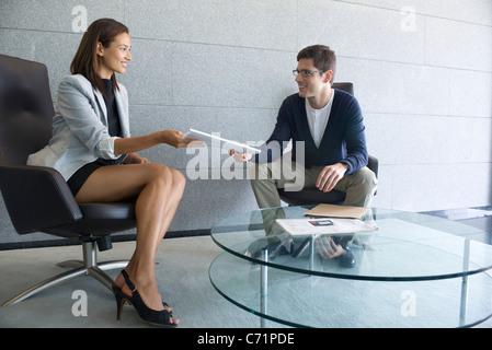 Businesswoman handing documents à client