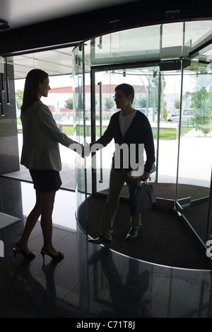 Les gens d'affaires chaque message d'autres avec handshake Banque D'Images