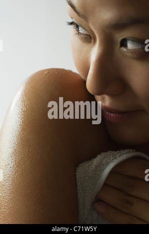Jeune femme avec l'épaule humide, cropped Banque D'Images
