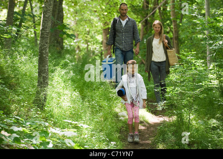 Family walking together in woods Banque D'Images