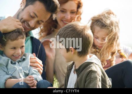 Passer du temps ensemble à l'extérieur de la famille Banque D'Images