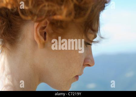 Femme rousse avec cheveux, vue latérale