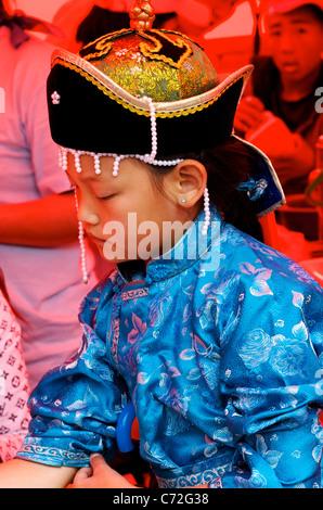 Fille mongole en vêtements traditionnels, Lantern Festival, Stade National, Ulaanbaatar, Mongolie. © Kraig Lieb Banque D'Images