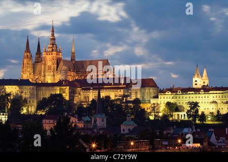 L'humeur du soir au Pont Charles avec le Château de Prague, Hradcany, Prague, République Tchèque, Europe Banque D'Images