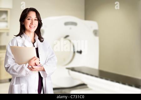 Médecin médecin radiologue holding patient dossier médical et stylo en permanent CAT scan CT prix à l'hôpital. Banque D'Images