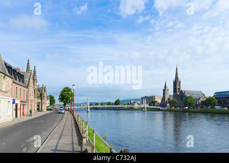 Passerelle sur la rivière Ness menant au centre-ville, Inverness, Highland, Scotland, UK Banque D'Images
