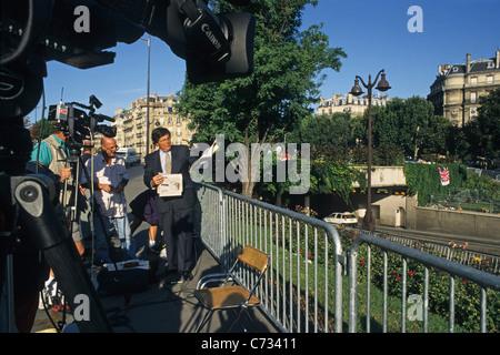Les gens au memorial place Pont de l'Alma, 8. Arrondissement, Paris, France, Europe