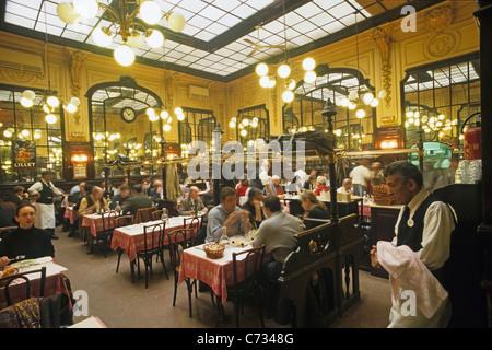 Les gens au restaurant Chartier a ouvert en 1896 comme un bouillon restaurant pour les ouvriers 9. Arrondissement Banque D'Images