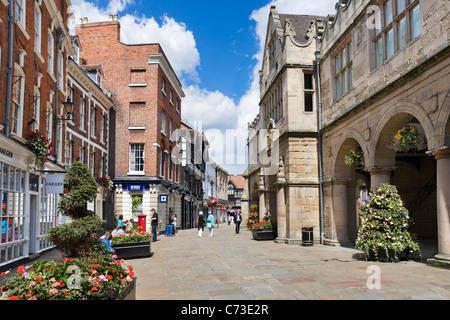 Boutiques et du vieux marché située sur la place, Shrewsbury, Shropshire, England, UK Banque D'Images