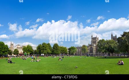 College Green en face de la cathédrale, au centre-ville, Bristol, Avon, Royaume-Uni