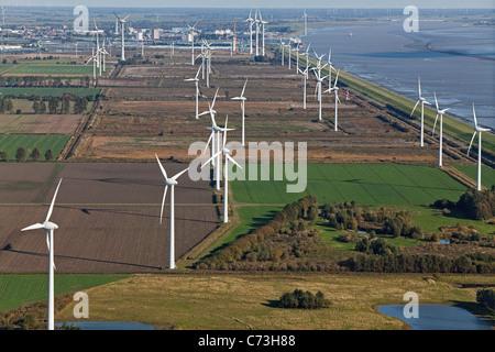 Photo aérienne d'un parc éolien le long de la côte de la mer du Nord, les terres agricoles et du système de gestion Banque D'Images