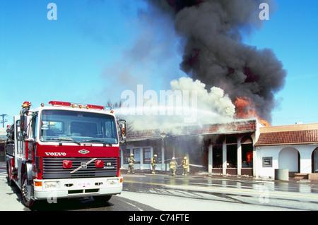 Pompiers et pompiers Feu de combat dans un immeuble en feu avec de l'eau, Osoyoos, BC, British Columbia, Canada