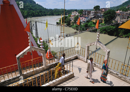 Vue depuis le haut de l'Trayambakeshwar au Temple de Lakshman Jhula Rishikesh. Banque D'Images