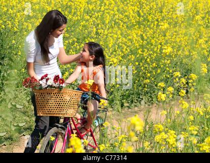Mère et fille s'amusant dans un champ Banque D'Images
