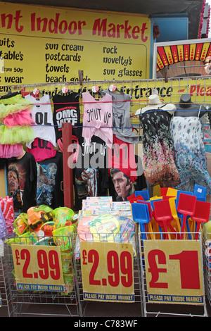Magasin de vêtements bon marché à ville Banque D'Images