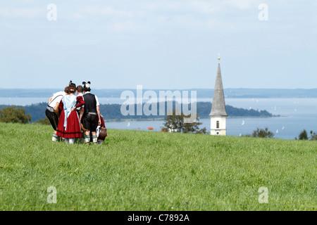 Les jeunes gens bavarois recueillis en costumes traditionnels bavarois, Hittenkirchen Chiemgau Haute-bavière Allemagne
