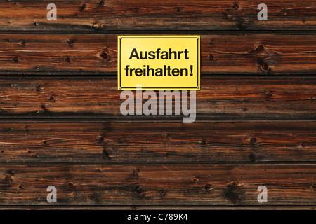 Garder allemand signe clair pour les véhicules à moteur sur un mur en bois Banque D'Images