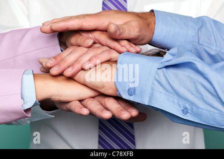 Photo de trois personnes pour représenter les mains d'empilage d'équipe. Banque D'Images