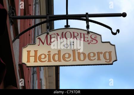 Aushaengeschild Souvenirgeschaeft, in der Altstadt von Heidelberg, Bade-Wurtemberg, Aufschrift 'Mémoires d' Heidelberg Banque D'Images