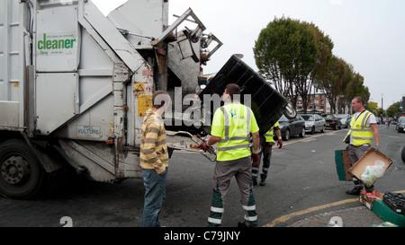 Les déchets sont recueillis par Veolia éboueurs bin hommes travaillant sur Walthamstow High Street, dans l'Est de Londres Angleterre Royaume-uni KATHY DEWITT
