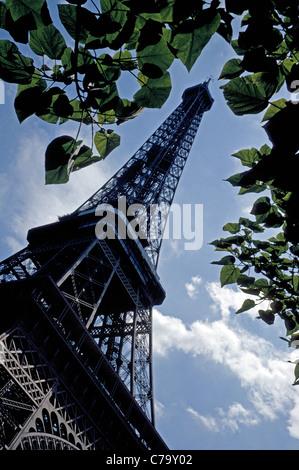 La Tour Eiffel est une icône conçu par son homonyme, Gustave Eiffel, érigée avec fer forgé pour une exposition internationale de 1889 à Paris, France.