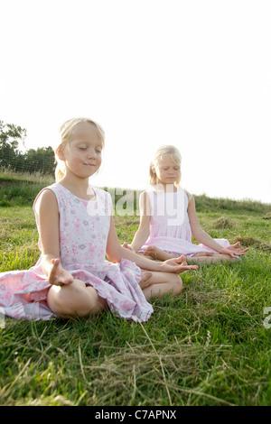 Portrait de deux amies la pratique du yoga en été, Eyendorf, Basse-Saxe, Allemagne, Europe