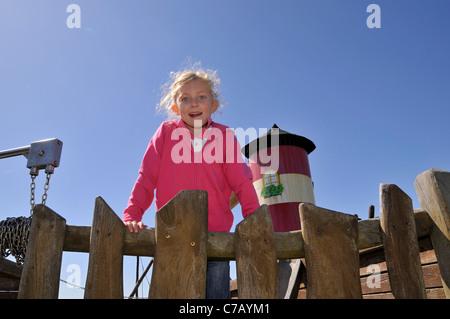 Petit 6-year-old fille blonde sur une aire de jeux dans l'île de Sylt, Westerland, Allemagne, Europe Banque D'Images