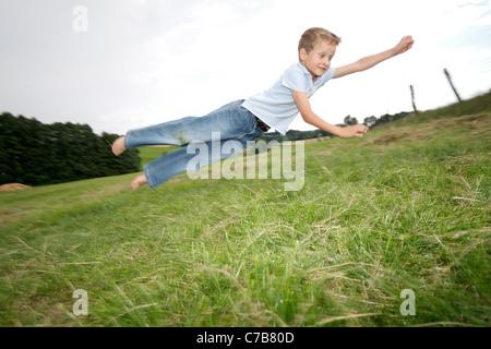 Enfants jouant sur un pré en été, Eyendorf, Basse-Saxe, Allemagne, Europe Banque D'Images