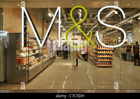 Affiche commerciale M&S pour la vente au détail montée sur la fenêtre en verre de la salle à manger Dans le magasin Marks and Spencer du centre commercial Westfield Sur le magasin d'alimentation London UKL