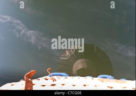 Reflet de hot air balloon in river Banque D'Images