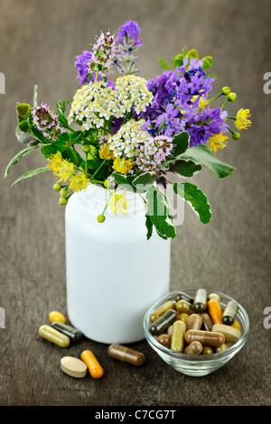 Herb plantes avec mélange de suppléments de fines herbes de médecine alternative et comprimés Banque D'Images