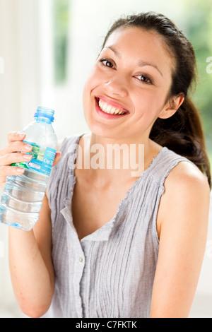 Fille avec de l'eau en bouteille Banque D'Images