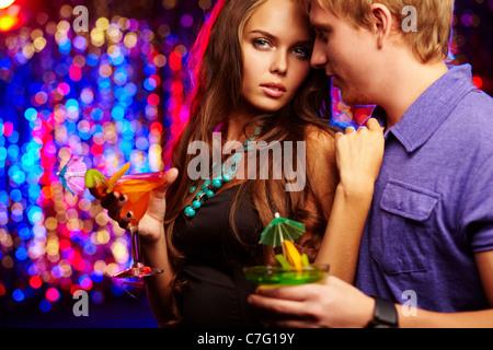 Image du couple posh prévues dans le night club de loisirs Banque D'Images