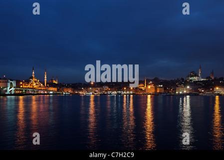Vue nocturne de la Corne d'or du pont de Galata et la Yeni Camii (nouvelle mosquée') à proximité de Mosquée de Suleymaniye. Istanbul, Turquie.
