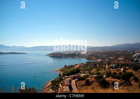 Vue sur la baie de Mirabello en direction d'Agios Nikolaos sur l'île grecque de Crète Banque D'Images