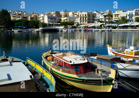 Ligne de bateaux de pêche colorés traditionnels lac Voulismeni à Agios Nikolaos sur l'île grecque de Crète Banque D'Images