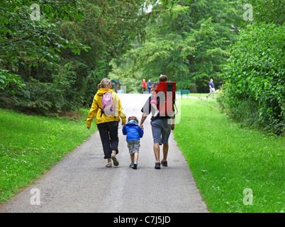 Une mère et un père avec leurs deux enfants marche à Cholmondeley Castle Cheshire, England, UK Banque D'Images