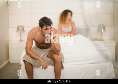 Couple arguing in bedroom Banque D'Images