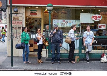 Les New-yorkais de la rue de Manhattan au petit matin