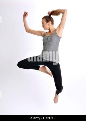 Jeune femme, 24, le saut Banque D'Images