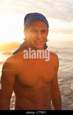 L'homme torse nu sur la plage Banque D'Images